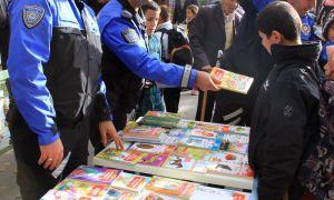 Polisler öğrencilerle parkta kitap okudu