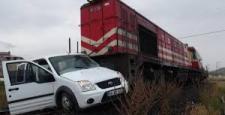 Afyonkarahisar'da yük treni ticari araca çarptı: 1 ölü