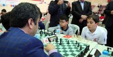 Vali ile şehit çocuğundan satranç turnuvası açılış karşılaşması