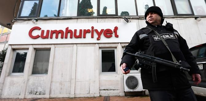 Turkish police detains editor, top staff at opposition newspaper