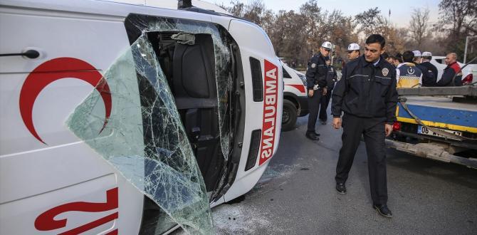 Başkentte ambulans devrildi: 2 yaralı
