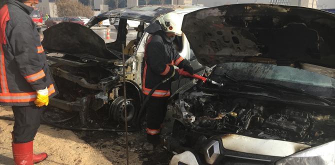 Başkentte park halindeki iki otomobil yandı