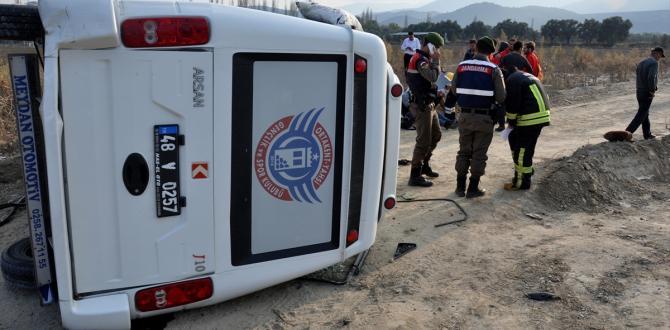 Futbolcuları taşıyan minibüs, otomobile çarptı: 8 yaralı