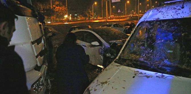 Yoldan çıkan tır park halindeki otomobillere çarptı