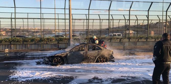 Haliç Köprüsü'nde seyir halindeki araç alev alev yandı