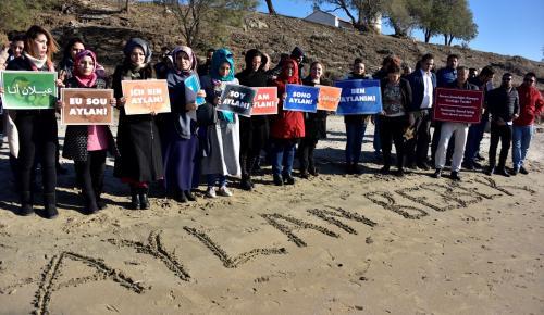 AK Parti Gençlik Kolları üyeleri Aylan bebeği andı