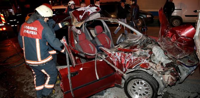 Bahçelievler'de otomobil kamyonete çarptı: 1 ölü, 1 yaralı