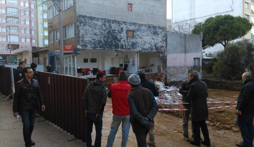 Bandırma'da temel kazısı bir binaya hasar verdi