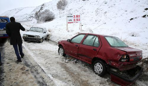 Erzincan'da kar, ulaşımı aksattı