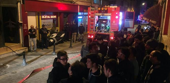 Kadıköy'de erkek öğrenci yurdunda yangın paniği