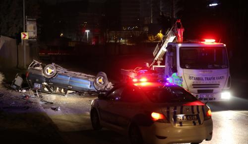 Kağıthane'de otomobil devrildi: 3 yaralı