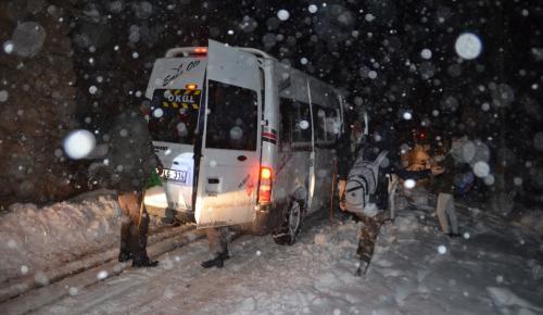 Kar ve tipide mahsur kalan öğrenci ve vatandaşlar kurtarıldı