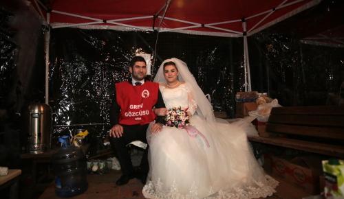 Önce grev çadırına sonra düğün salonuna gittiler