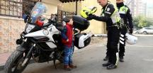 """""""Polis amcam üşüyor"""" diye ağlayan çocuk"""