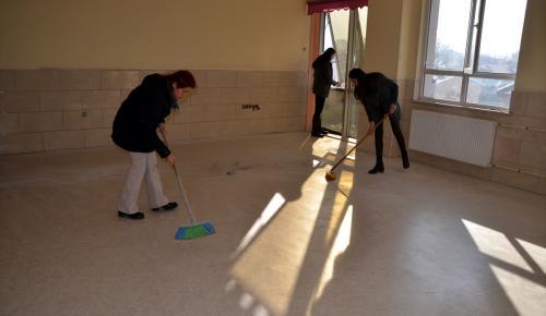Sözleşmeli öğretmenler el birliğiyle okul temizledi