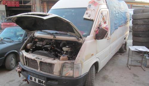 Tamire bırakılan minibüsün aküsü çalındı