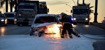 Trafik ışıklarında bekleyen otomobil alev aldı