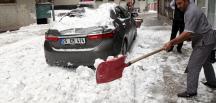 Üzerine kar kütlesi düşen otomobil hurdaya döndü