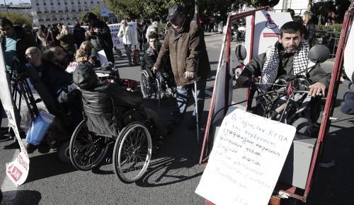 """Yunanistan'da engellilerden """"kemer sıkma"""" protestosu"""
