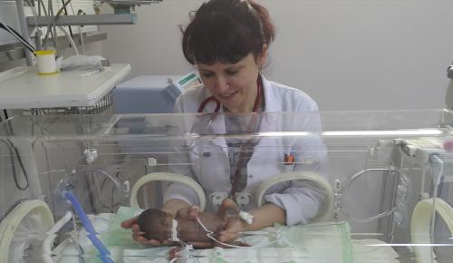 465 gram doğan bebek yaşama tutundu
