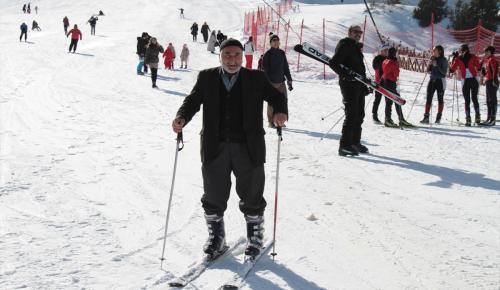76 yaşında kayakta gençlere taş çıkarttı
