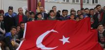 Adana Emniyet Müdürü Ak, polisle birlikte bayrak açan öğrencileri ağırladı
