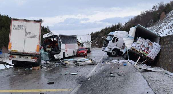 Afyonkarahisar'da zincirleme kaza! 18 araç birbirine girdi