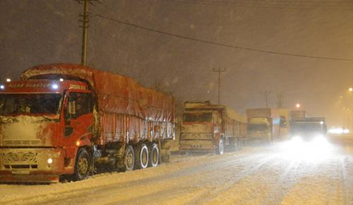 Balıkesir'de kar yağışı ulaşımı olumsuz etkiliyor