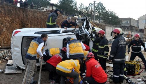 Bursa'da otomobil inşaatın temel kazısına düştü