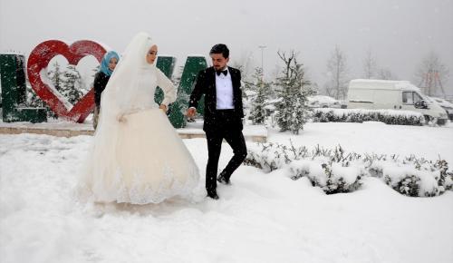 Düğün fotoğraflarını kar yağışı altında çektirdiler