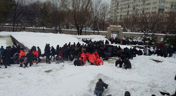 Ataköy'de cenaze namazı kılanların üzerine tente çöktü: 3 kişi öldü 23 kişi yaralandı