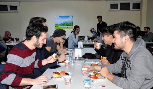 Gece ders çalışan öğrenciye ücretsiz çay ve simit