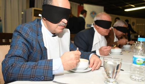 Görme engellilerle empati için gözlerini kapatıp yemek yediler
