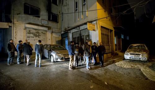 İzmir'de bahçe duvarı araçların üzerine yıkıldı