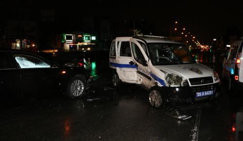 İzmir'de kırmızı ışıkta geçen otomobil polis aracına çarptı: 3 yaralı