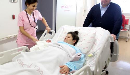 Kanseri yendi çocuğunu kucağına aldı