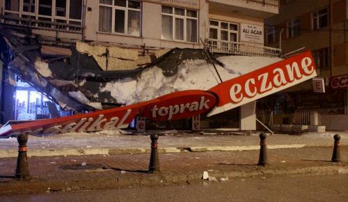 Kar kütlesinin ağırlığını taşıyamayan iş yeri tentesi çöktü