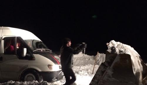 Kar nedeniyle yolda kalan babayla kızı belediye ekipleri kurtardı