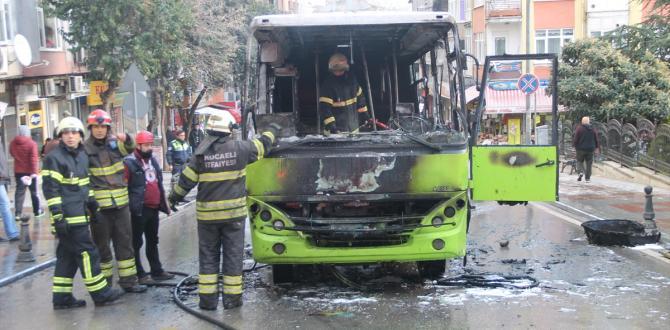 Kocaeli'de seyir halindeki midibüs yandı