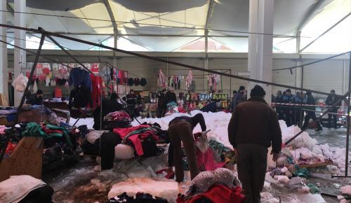 Konya'da pazar yerinin çatısı kar nedeniyle çöktü