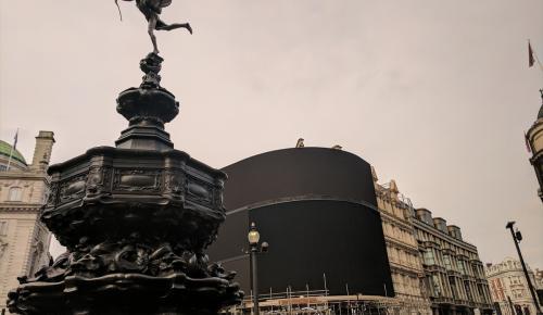 Londra'nın ünlü meydanı karanlığa büründü