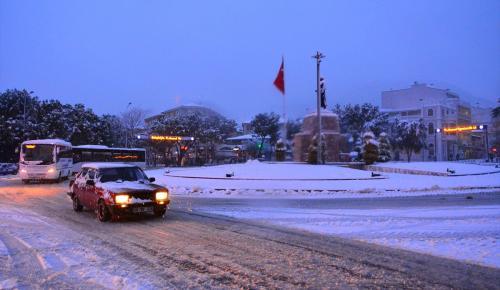 Muğla'da kar yağışı yolları kapattı