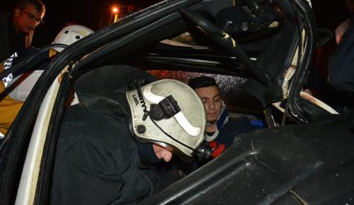Otomobilde sıkışan sürücü kurtarıldı