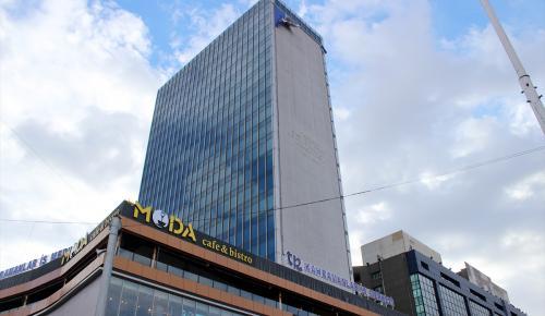Şiddetli rüzgar binaya asılı reklam ponosunu uçurdu