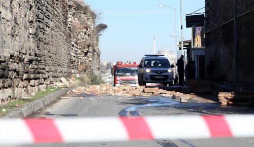 Tarihi Topkapı surlarından kopan taşlar yola düştü
