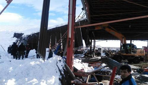 Konya'da pazar yerinin çatısı çöktü! 4 yaralı