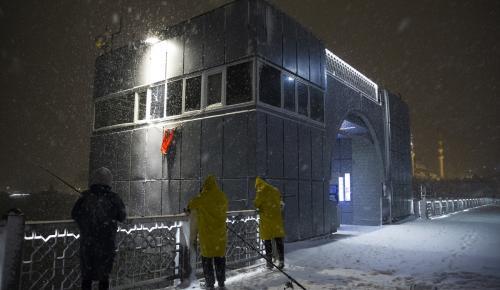 Yoğun kar yağışı altında balık tutma keyfi