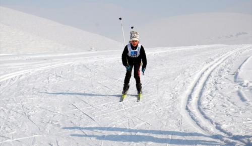 """Yüksekova'da """"kayaklı koşu"""" yarışması"""